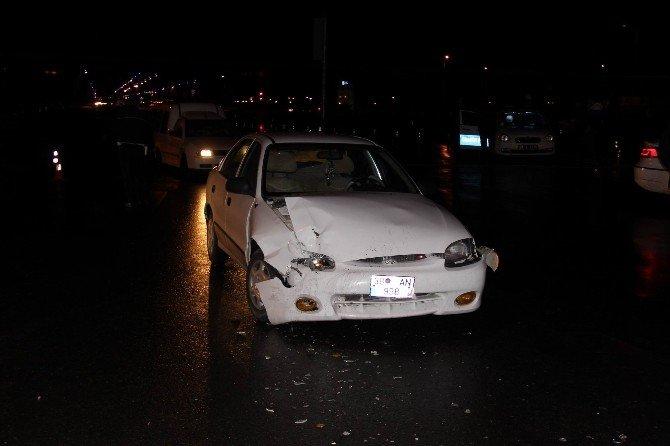 Kırmızı Işıkta Durmayan Otomobil Polis Aracına Çarptı: 1 Yaralı