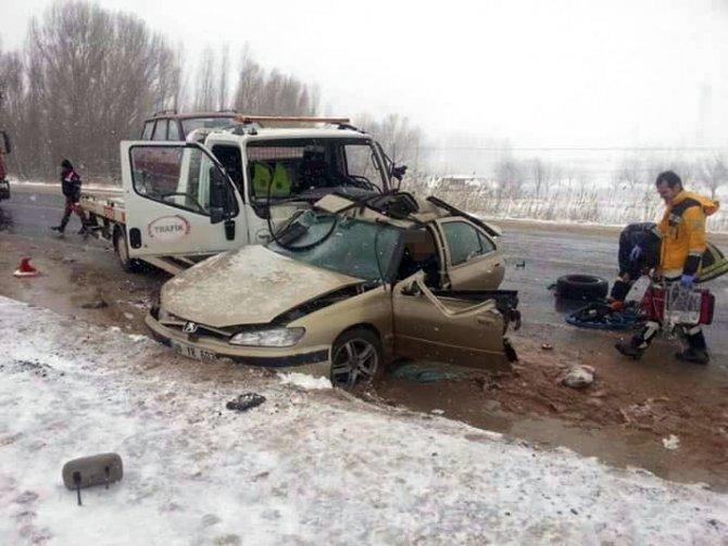Çekici ile otomobil çarpıştı: 1 ölü, 4 yaralı