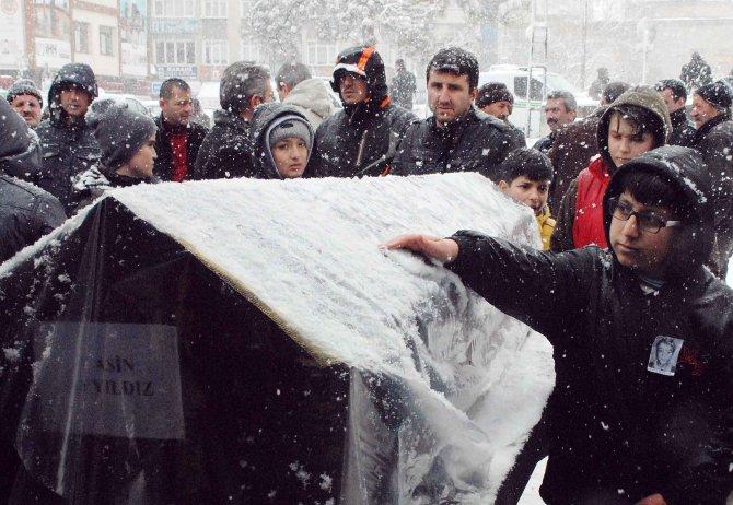 Sınıf arkadaşları, tabutun üzerinde biriken karları elleriyle temizledi