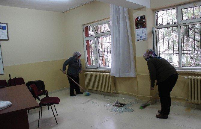 Kilis'te Roketin İsabet Ettiği Okullarda Temizlik Çalışmaları Başladı