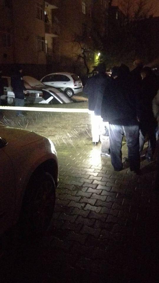 Sitenin parkında oluşan çökme otomobili yuttu