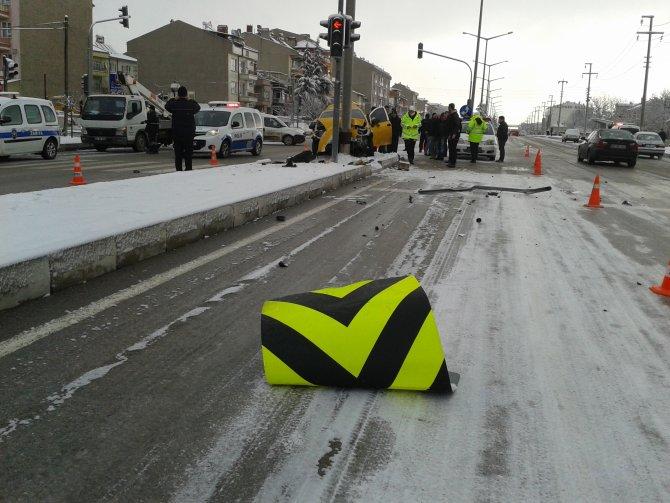 Buzlanmadan dolayı kaza: 3 yaralı