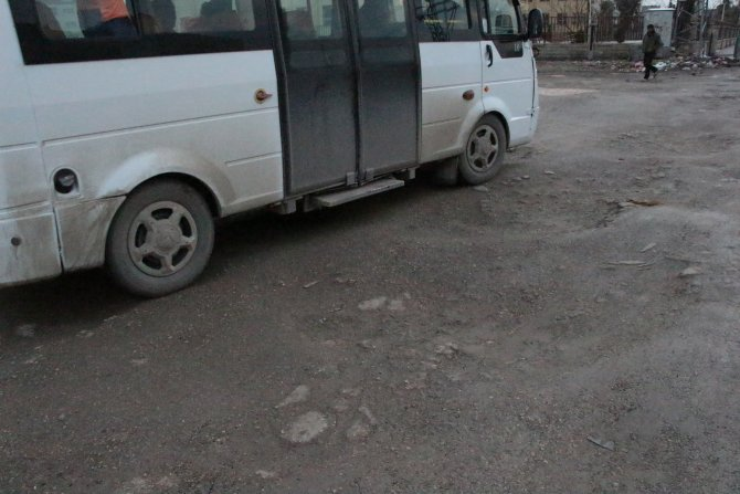 Nusaybin'de çukurlardan geçilemeyen yol nedeniyle tepki