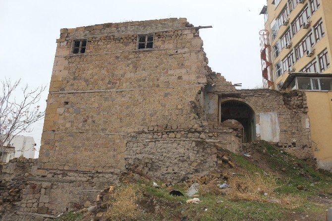 Niğde'de Harabe Evler Tehlike Saçıyor