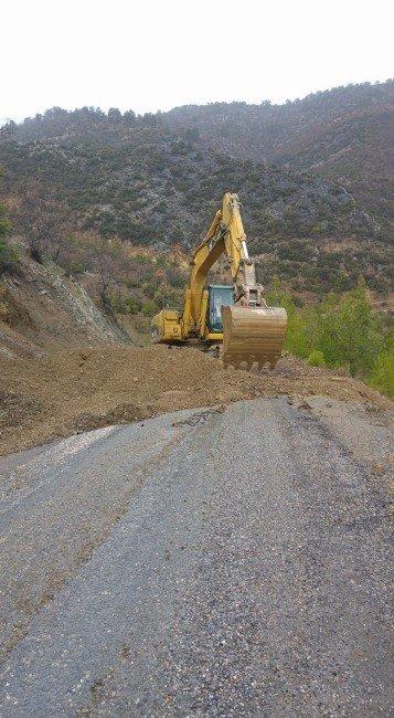 Silifke'de Heyelanın Kapattığı Yollar Açıldı