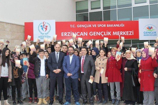 Ünlü Yazar Sinan Yağmur Erzincan'da Gençlerle Buluştu
