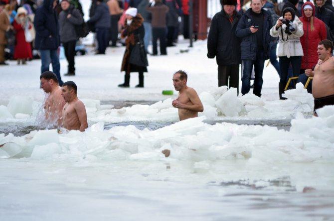 Ukrayna'da Ortodokslar buzlu suda vaftiz oldu