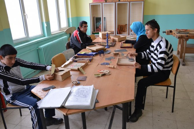 Engelli öğrenciler yaptıkları el işleri ile göz dolduruyor