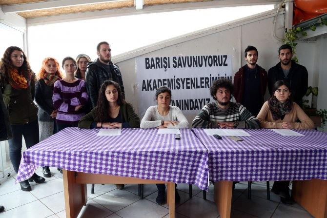 AÜ'lü öğrencilerden bildiri yayınlayan akademisyenlere destek