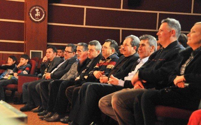 """Akşehir'de """"Benim Güzel Ailem"""" Oyunu İzleyiciyle Buluştu"""