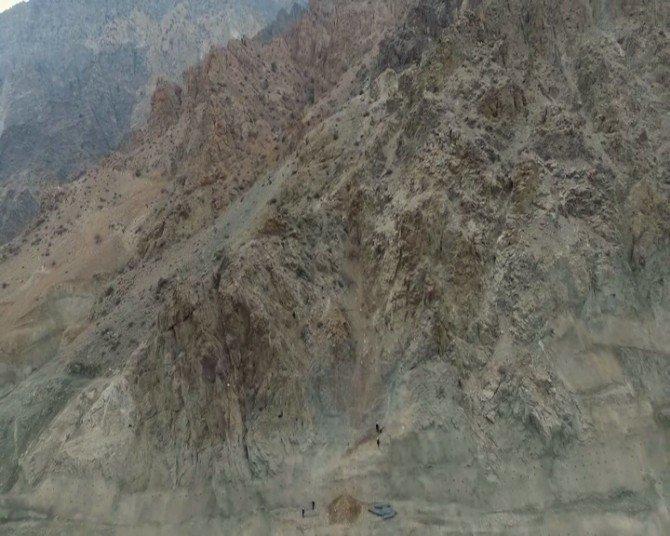 İşçiler Metrelerce Yükseklikte Yusufeli Barajı'nda Böyle Çalışıyor