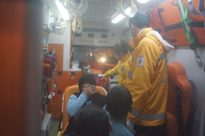 Bağcılar'da yangın paniği: 3. kattan minibüsün üstüne atladı