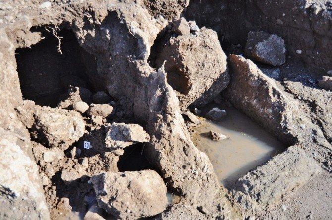 Tarihi Mezarlar Yağmura Yeniliyor