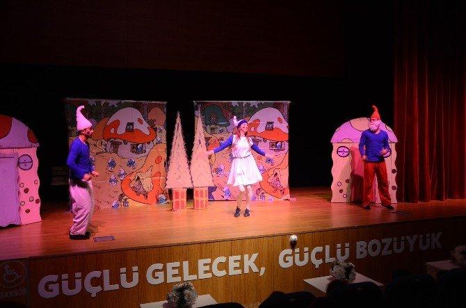 """Tiyatro Günleri'nde """"Şirinler Süt Festivalinde"""" Adlı Oyun Sahnelendi, Çocuklara Süt İkram Edildi"""