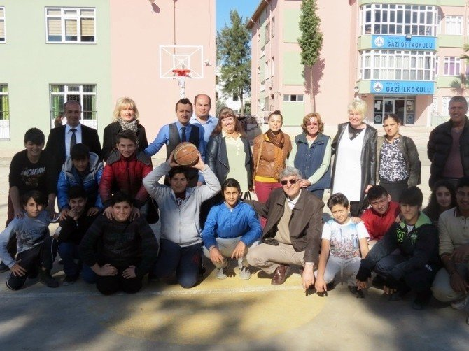 Didim'de Yabancı Gönüllüler Bu Kez Okullara Yardıma Başladı