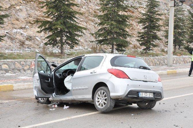 Kamyon İle Otomobil Çarpıştı: 3 Yaralı