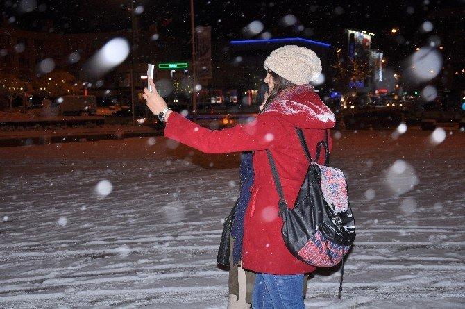Erzincan'da Kar Yağışı Devam Ediyor