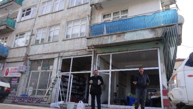 Eski Binadan Kalıp Kalıp Beton Parçaları Dökülüyor