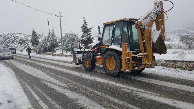 Foça'da Kar Yağışı Ulaşımı Aksattı