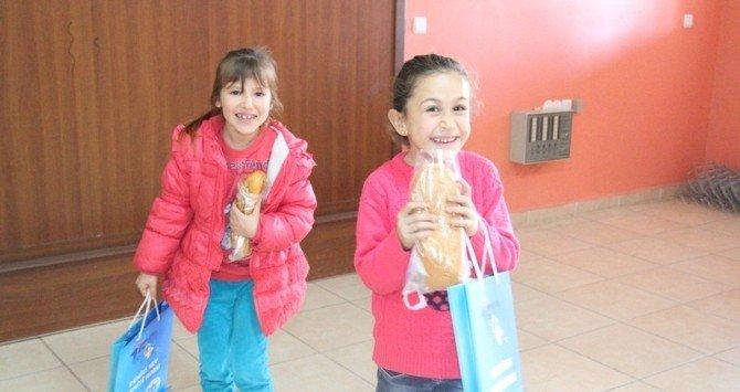 Hatay'da Öğrencilere Balık Ekmek Dağıtıldı