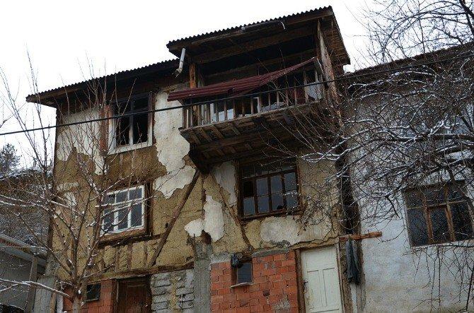 Tosya'da Evleri Yanan Anne Ve Çocukları Sokakta Kaldı