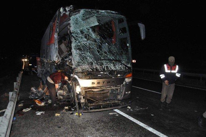 Yolcu Otobüsü Tır'a Arkadan Çarptı: 14 Yaralı