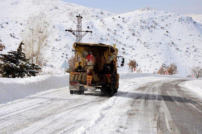Karda Kapanan Yollar Ulaşıma Açılıyor