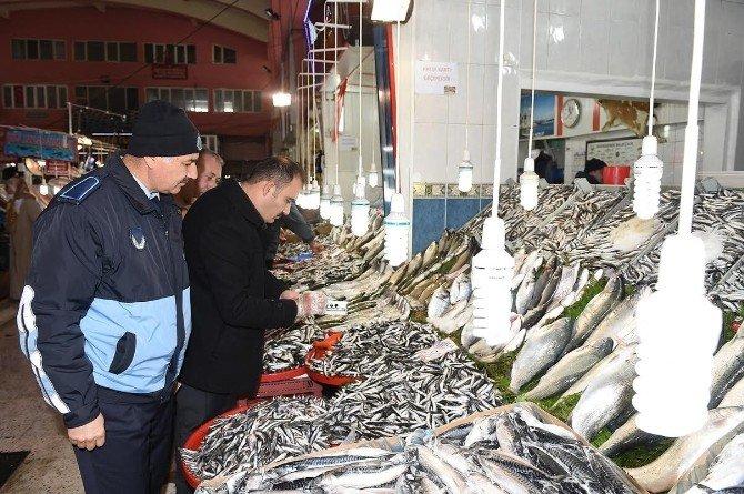 Büyükşehir Zabıtası Balıkçıları Denetledi