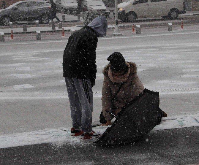 Kar Yağdı Yol Buz Pistine Döndü