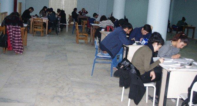 Öğrenciler İçin Kütüphanede Ders Çalışma Salonu Oluşturuldu
