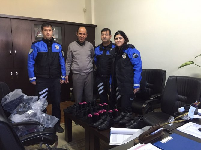 Polis Manavgat'ta 175 öğrenciye ayakkabı dağıttı