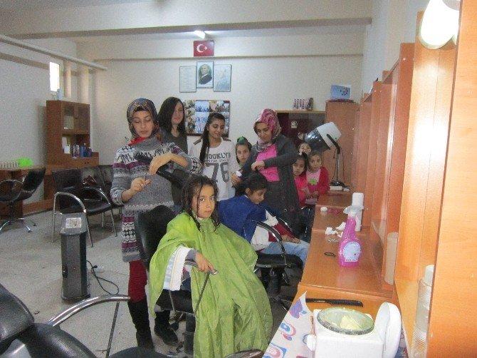 Kız Öğrencilerin Saç Kesimi Ve Bakımı Yapılıyor