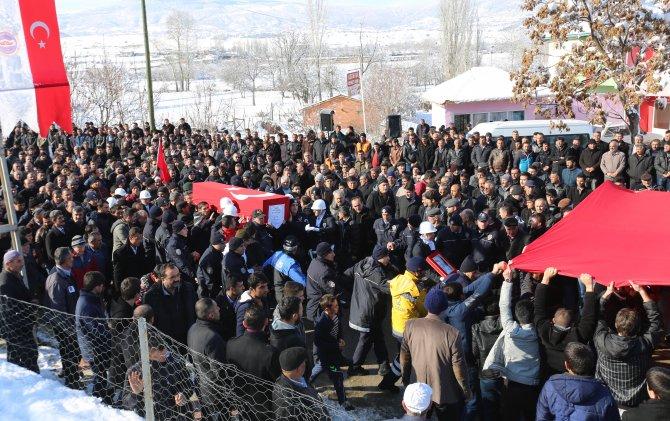 Şehit polis, Türk bayrağı altından geçirilerek son yolculuğuna uğurlandı