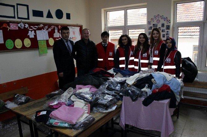 Kızılay'dan Öğrencilere Giysi Ve Kırtasiye Yardımı