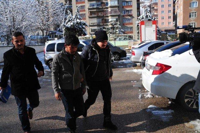 Sahte Polisler Altın Ve Paralarla Kaçarken Yakalandı