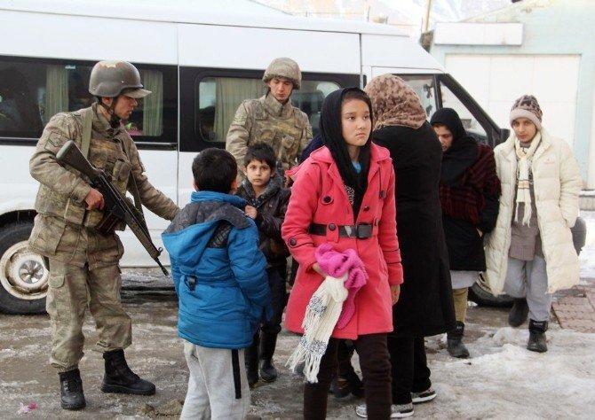 37 Sığınmacı Donmak Üzereyken Kurtarıldı