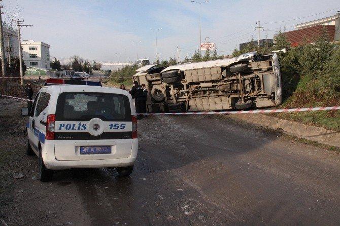 Kocaeli'de Öğrenci Servisi Buzlu Yolda Devrildi: 11 Yaralı