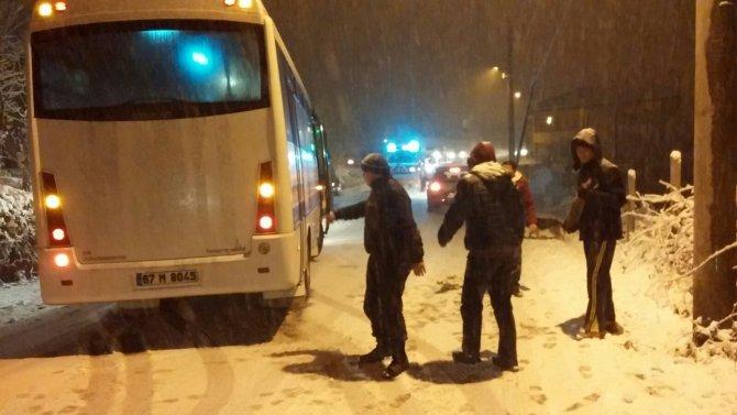 Ereğli'de kar yağışı sürücülere zor anlar yaşattı