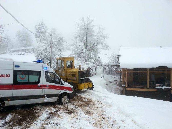 Hastaya ulaşamayan ambulansın yolu 4 saatte açılabildi