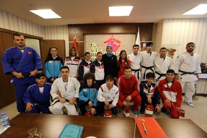 Aile Bakanlığı'nın Şampiyonlarından Bakan Ramazanoğlu'na Ziyaret