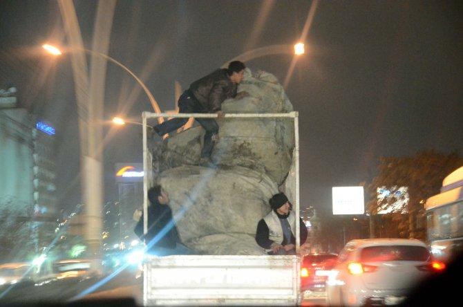 Başkent'te kağıt toplayıcısının trafikte ölümle tehlikeli oyunu