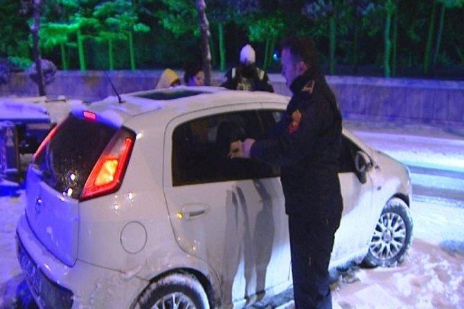 Otomobilinde sızan sürücü ekipleri çileden çıkardı