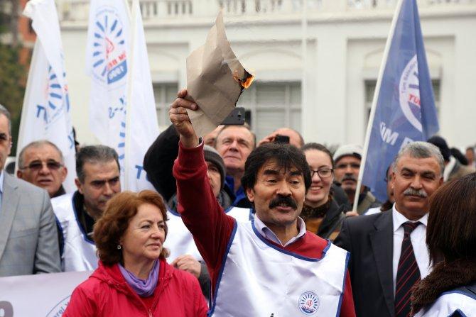 Sendika başkanı, memurluktan attıldığını gösteren 'sarı zarfı' yaktı