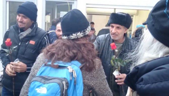 Mülteciler kadınlara gül dağıttı, tacize tavır koydu