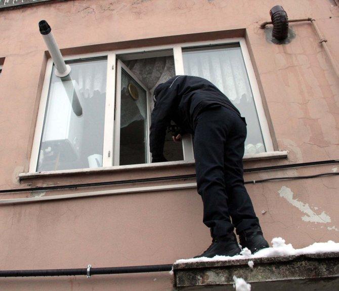 'Kapım kilitli' diye yardım isteyen yaşlı kadını polis kurtardı