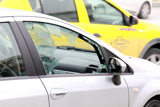 Lastiğini patlattıkları araç durunca camı kırıp 120 bin lira çaldılar