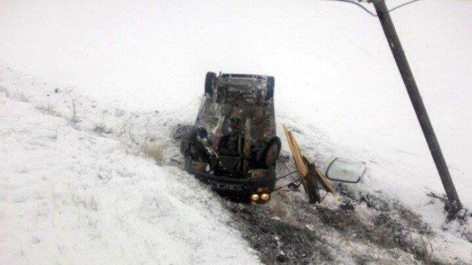Şarampole Yuvarlanan Otomobil Elektrik Direğine Çarparak Ters Döndü