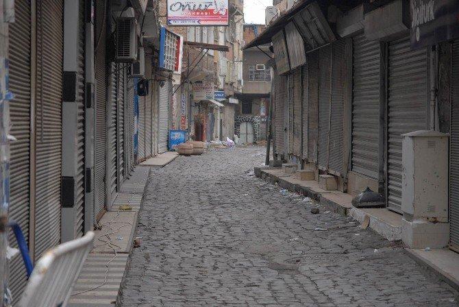 Sur'da Yasak Olmayan Yerlerde Esnaf Kepenk Açmaya Çekiniyor