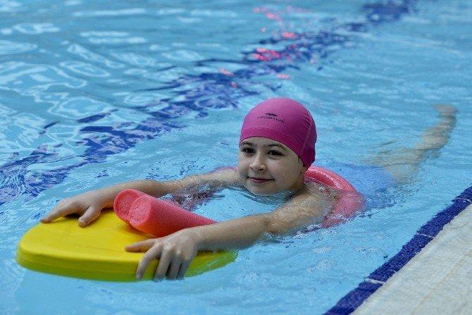 Tepebaşı'ndan Öğrencilere Yüzme İmkanı