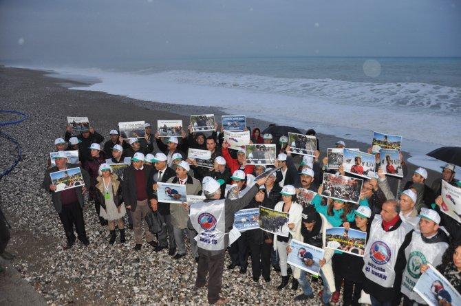 Akdeniz'in dev dalgaları arasında mülteciler için eylem yaptılar